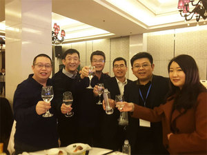 北京阳泉企业商会的理事与会员们举杯祝福