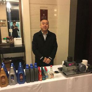 北京阳泉企业商会预备会员赵存海展示为年会赞助的汽车机油