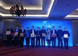 参会的家乡领导向北京阳泉企业商会会长们颁发牌匾后合影留念