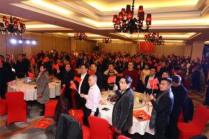 全场参会人员手持国旗,高唱《歌唱祖国》,拉开会议序幕